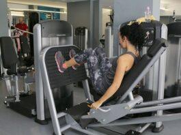 trening na siłowni na nogi